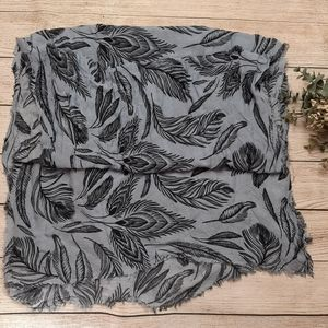 🧡3/$20🧡 H&M Gray Black Feather scarf raw